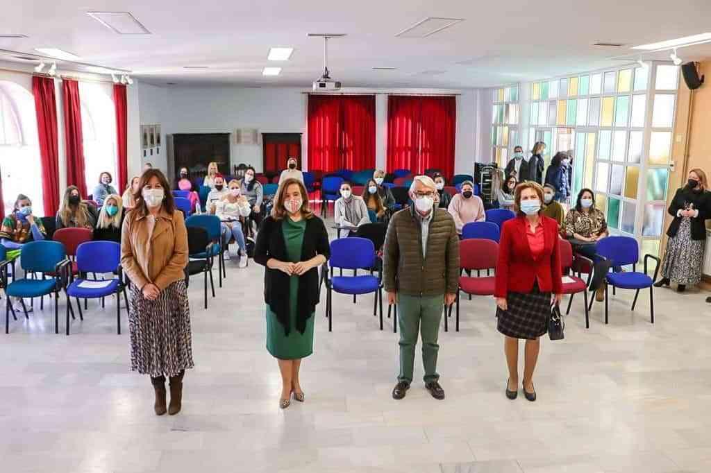 Fernandez Monroy Esteban y Trapero ante las participantes en el curso - Jacinta Monroy pone todos los recursos de apoyo posibles a disposición de las mujeres del programa 'Puentes hacia el empleo'