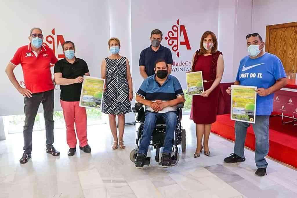 Representantes municipales del BSR Puertollano y de Cruz Roja con el cartel del evento - Argamasilla de Calatrava vuelve a ponerse al servicio de la sensibilización hacia personas con otras capacidades