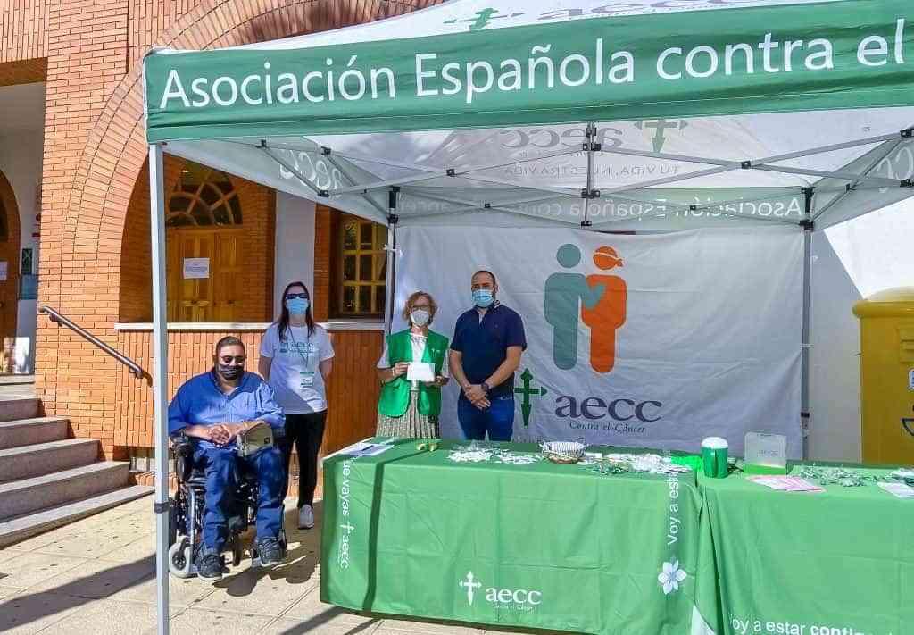 Representantes municipales y de la AECC rabanera este miercoles en la cuestacion - El Ayuntamiento Argamasilla de Calatrava colabora en la cuestación de la Junta Local de la AECC