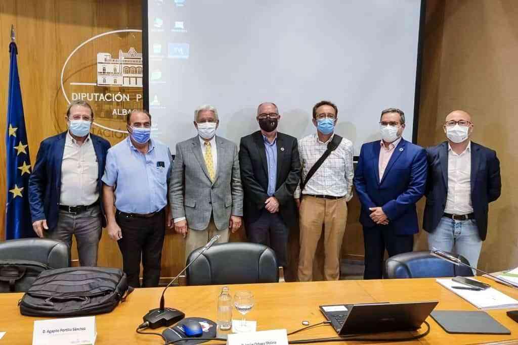 Toledano y Moreno junto a responsables de CEDERCAM y de la Diputacion de Albacete y el viceconsejero de Desarrollo Rural - Toledano ha asistido en Albacete a la Asamblea General Extraordinaria de RECAMDER
