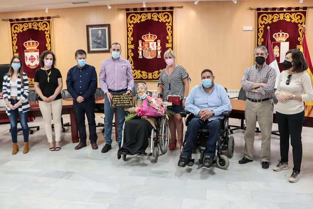 Maxima junto a ediles y representantes del Consejo de Mayores y del Centro de Dia - Argamasilla de Calatrava homenajea a Máxima Gómez Novalbos como la persona de más edad
